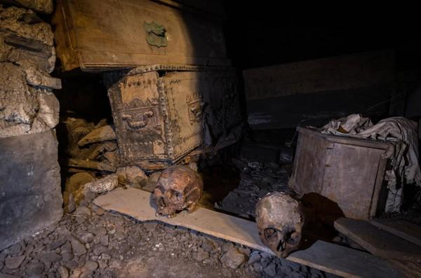 醉闖地下墓穴偷「800年十字軍頭骨」 他棺材堆酒醒嚇:藥嗑太多了