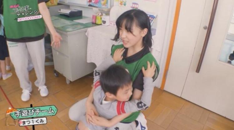 這個小男孩太會了!日本JK到幼兒園...竟被弟弟「逮到機會抱著不放」男網友羨慕死:老司機