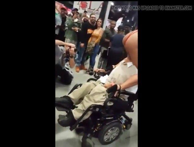 辣模跨坐在殘疾男士臉部上!不忌諱「上下舔X」18+畫面公開…網嗨:硬硬der!