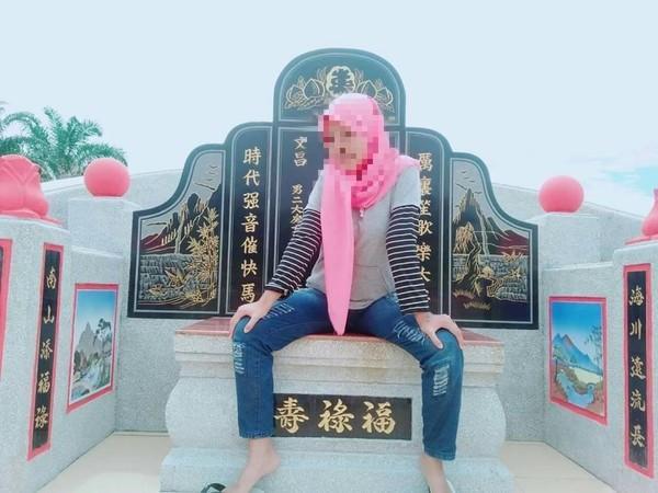 外國妹「豪邁開腿坐墳墓」!她開心換頭貼...網怒:當台灣人都塑膠?