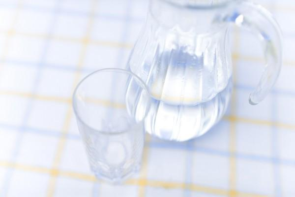 人體塑膠微粒是「喝下去的」!專家曝「83%自來水」受汙染...瓶裝水更慘