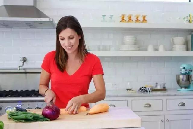 牙膏皮不要扔,剪一剪放廚房,解決家家戶戶困擾的問題!