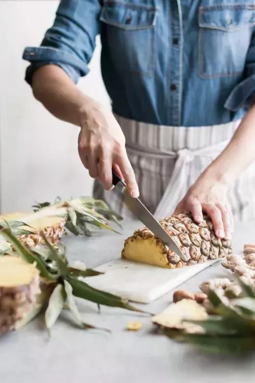 不削皮,不挖眼,一分鐘快速切好一整個菠蘿!真是太省力了!