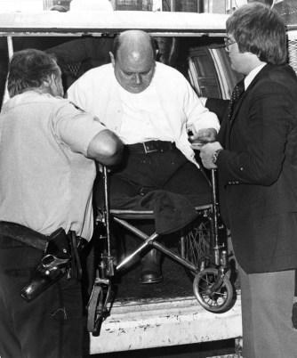 畸形男「用龍蝦手撕裂妻子下體」,法庭上裝無辜:「我有殘疾監獄不能關我」最後下場超慘!