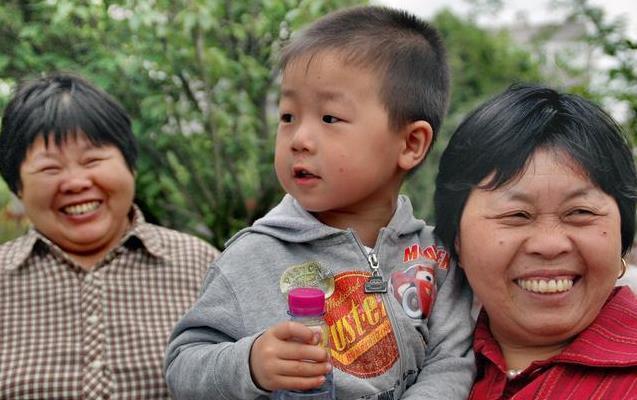奶奶接娃遲到,遇人販拐賣,孩子一句話讓人販無計可施!每位家長都該教給孩子!