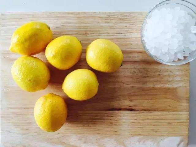 「檸檬十字型切開」再灑上一點鹽,放在廚房中…隔天你就會發現神奇的效果!