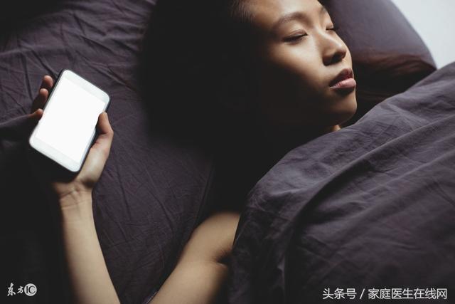 經常睡覺「把手機放床頭」的人,小心身體會有6大毛病!