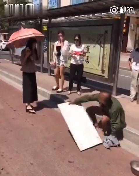 妹子招公車意外踩到乞丐褲管…下一秒「根本拆飯碗」超展開!乞丐起身爆氣大罵(影