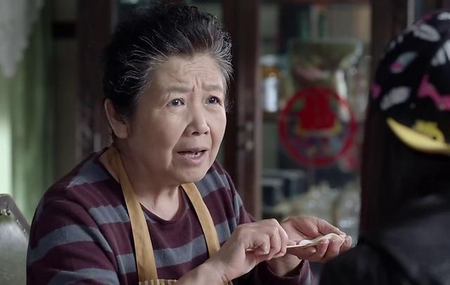 摳門婆婆只給老公做好飯,喂孩子喝不知名的藥,差點害了親孫子