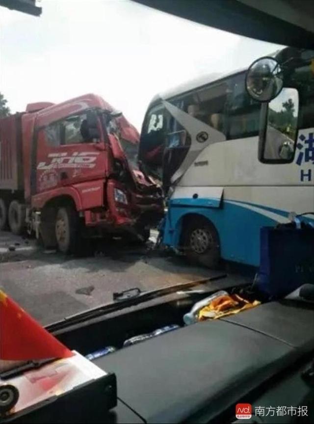 大巴司機遇車禍,犧牲自己救了38名乘客!