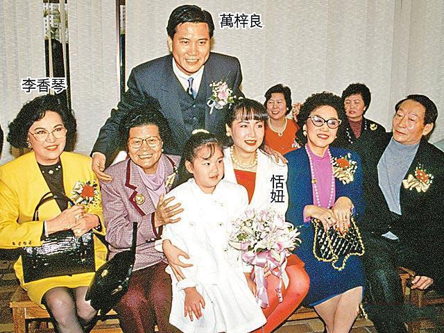 萬梓良60歲前妻恬妞近照,臉色紅潤有光澤,活潑起來像個孩子!