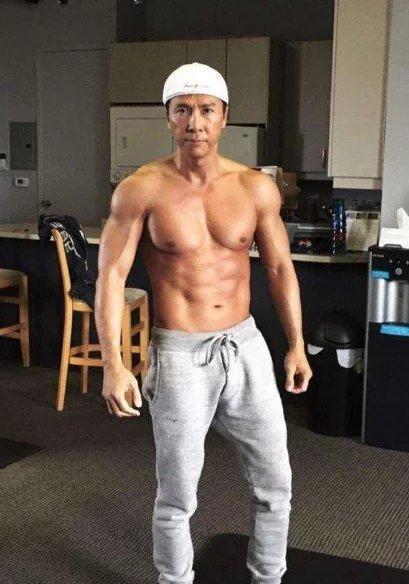 甄子丹肌肉100分,趙文卓肌肉100分,而他的肌肉只能打0分