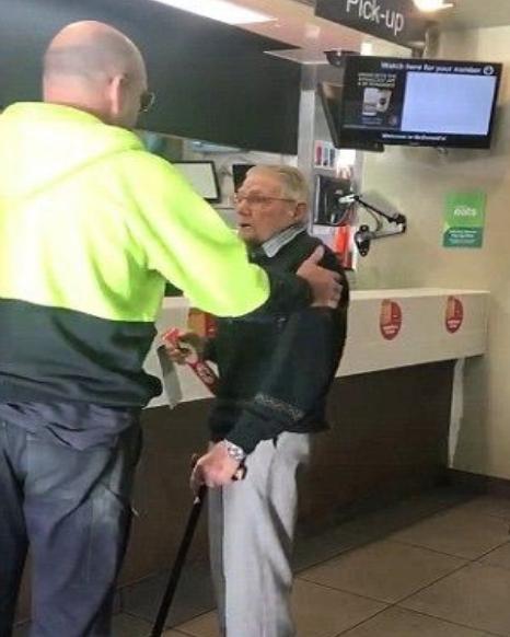 心好暖!老伯伯結帳找不到錢,這名工人「霸氣買單」,轉頭還塞錢:「下一杯咖啡我請你!」