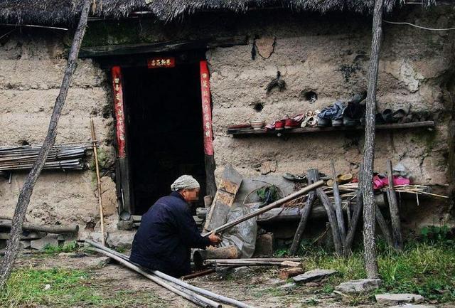 城裡兒媳回老家,嫌棄丈夫老家窮,男子說出八個字,讓村民稱贊