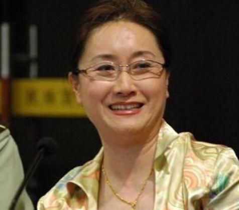 與洪金寶離婚後韓國前妻至今為他守身如玉,3兒1女個個都爭氣!