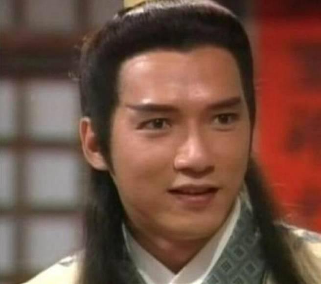 還記得「西門慶」嗎?如今他57歲依然風度翩翩,妻子活得像少女!