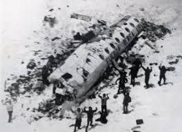 「長條人肉乾帶身上!墜機後72天「靠吃親人遺體」維生,他忍不住說出了不為人知的吃人過程…」的圖片搜尋結果