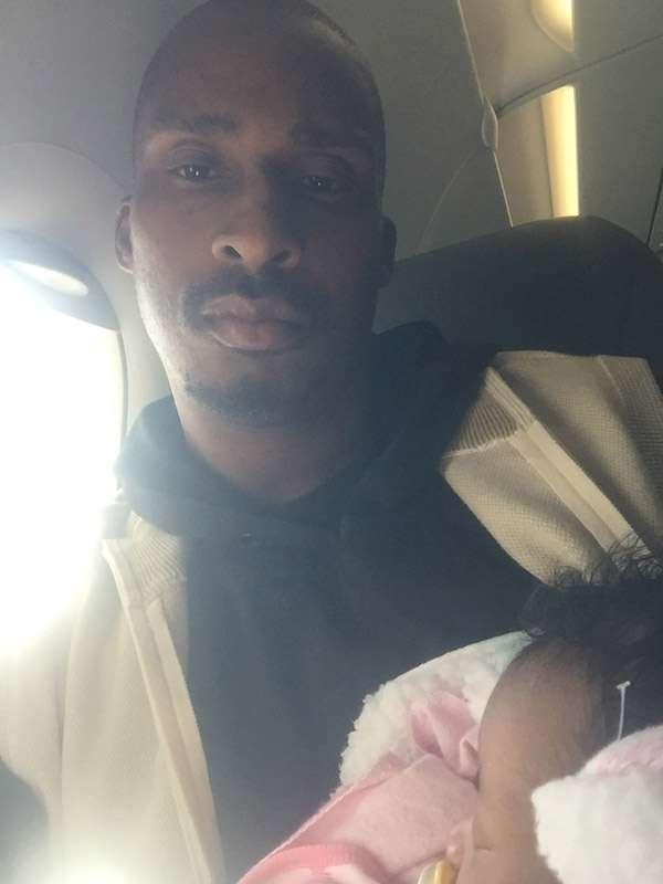 爸爸帶小女嬰登機被拒 「陌生老奶奶」霸氣伸援手:來住我家吧